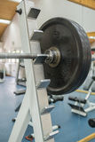 Körpereignungs-Übungsausrüstung in der Turnhalle Stockfotos