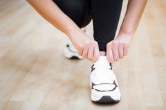 Körperliche Tätigkeit Nahaufnahme des Mädchens Spitzee auf dem Sport binden SH lizenzfreie stockfotos