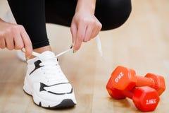 Körperliche Tätigkeit Nahaufnahme des Mädchens Spitzee auf dem Sport binden SH stockfotos