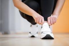 Körperliche Tätigkeit Nahaufnahme des Mädchens Spitzee auf dem Sport binden SH stockbild