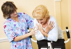 Körperliche Therapie - Hilfe von der Krankenschwester Stockbild