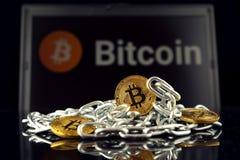 Körperliche Version der neuen virtuellen Geldes und Kette Bitcoin Stockfotos