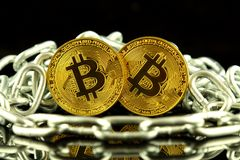 Körperliche Version der neuen virtuellen Geldes und Kette Bitcoin Begriffsbild für Investoren im cryptocurrency und in Blockchain Lizenzfreies Stockfoto