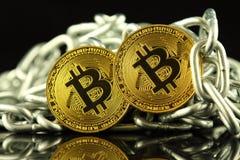 Körperliche Version der neuen virtuellen Geldes und Kette Bitcoin Begriffsbild für Investoren im cryptocurrency und in Blockchain Lizenzfreie Stockbilder