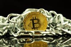 Körperliche Version der neuen virtuellen Geldes und Kette Bitcoin Begriffsbild für Investoren im cryptocurrency und in Blockchain Lizenzfreie Stockfotos