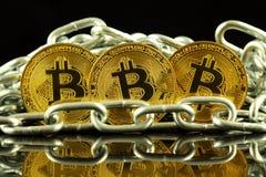 Körperliche Version der neuen virtuellen Geldes und Kette Bitcoin Begriffsbild für Investoren im cryptocurrency und in Blockchain Stockfotos