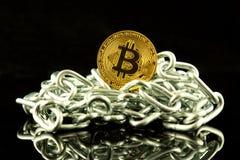 Körperliche Version der neuen virtuellen Geldes und Kette Bitcoin Begriffsbild für Investoren im cryptocurrency und in Blockchain Stockbild