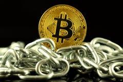 Körperliche Version der neuen virtuellen Geldes und Kette Bitcoin Begriffsbild für Investoren im cryptocurrency und in Blockchain Stockfotografie