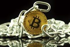 Körperliche Version der neuen virtuellen Geldes und Kette Bitcoin Begriffsbild für Investoren im cryptocurrency und in Blockchain Lizenzfreies Stockbild