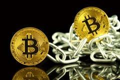 Körperliche Version der neuen virtuellen Geldes und Kette Bitcoin Begriffsbild für Investoren im cryptocurrency und in Blockchain Stockbilder