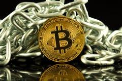 Körperliche Version der neuen virtuellen Geldes und Kette Bitcoin Begriffsbild für Investoren im cryptocurrency und in Blockchain Lizenzfreie Stockfotografie