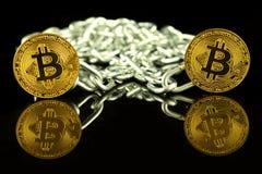 Körperliche Version der virtuellen Geldes und Kette Bitcoin Begriffsbild für Blockchain-Technologie und harte Gabel Stockbilder