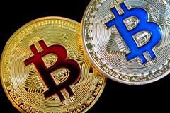 Körperliche Version neuen virtuellen Geldes Bitcoin auf schwarzem Hintergrund lizenzfreies stockbild