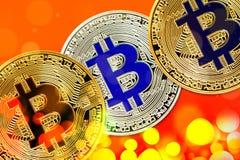 Körperliche Version neuen virtuellen Geldes Bitcoin mit buntem Effekt stockbilder