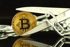 Körperliche Version von Bitcoin, von Scheren und von Kette Begriffsbild für Blockchain-Technologie und harten Gabelausdruck bezie Stockfotos
