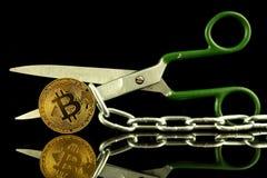 Körperliche Version von Bitcoin, von Scheren und von Kette Begriffsbild für Blockchain-Technologie und harten Gabelausdruck bezie Lizenzfreies Stockfoto