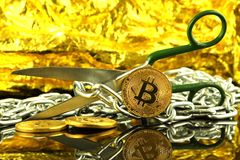 Körperliche Version von Bitcoin, von Scheren und von Kette Begriffsbild für Blockchain-Technologie und harten Gabelausdruck bezie Lizenzfreies Stockbild