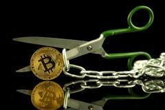 Körperliche Version von Bitcoin, von Scheren und von Kette Begriffsbild für Blockchain-Technologie und harten Gabelausdruck bezie Lizenzfreie Stockbilder