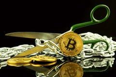 Körperliche Version von Bitcoin, von Scheren und von Kette Begriffsbild für Blockchain-Technologie und harten Gabelausdruck bezie Stockbild