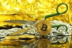 Körperliche Version von Bitcoin, von Scheren und von Kette Begriffsbild für Blockchain-Technologie und harten Gabelausdruck bezie Stockfotografie