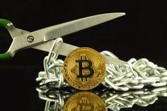 Körperliche Version von Bitcoin, von Scheren und von Kette Begriffsbild für Blockchain-Technologie und harten Gabelausdruck bezie Stockfoto