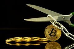 Körperliche Version von Bitcoin, von Scheren und von Kette Begriffsbild für Blockchain-Technologie und harten Gabelausdruck bezie Lizenzfreie Stockfotos