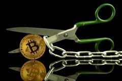 Körperliche Version von Bitcoin, von Scheren und von Kette Begriffsbild für Blockchain-Technologie und harten Gabelausdruck bezie Lizenzfreie Stockfotografie