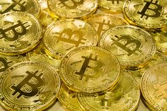 Körperlicher Bitcoin-Stapelhintergrund, Bitcoin-Bergbau Stockbild