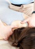 Körperlicher Therapeut, der eine rückseitige Massage gibt Lizenzfreies Stockfoto