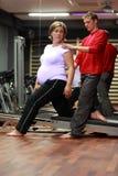 Körperlicher Therapeut, der mit schwangerer Frau arbeitet Stockfotos