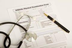 Körperliches examintaion Formular mit Stethoskop und Feder Stockfoto