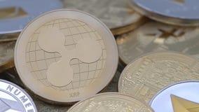 körperliches Metall4k goldene Ripplecoin-Währung über anderen Münzen Kräuselung Münzedan stock video