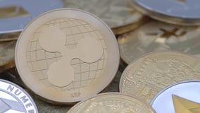 körperliches Metall4k goldene Ripplecoin-Währung über anderen Münzen Kräuselung Münzedan stock footage