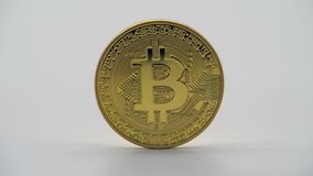 Körperliches Metallgoldene Bitcoin-Währung, weißer Hintergrund Cryptocurrency stock video