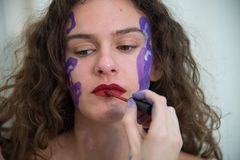 Körpermalereiprojekt, junge Frau gefärbt auf dem Körper stockbild