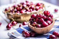 Körsbär Cherry en för platta white sött nya Cherry Mogna körsbär på den träkonkreta tabellen - bräde Arkivbild