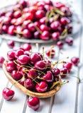 Körsbär Cherry en för platta white sött nya Cherry Mogna körsbär på den träkonkreta tabellen - bräde Royaltyfria Bilder