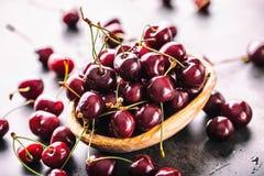 Körsbär Cherry en för platta white sött nya Cherry Mogna körsbär på den träkonkreta tabellen - bräde Arkivfoton