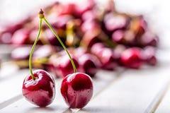 Körsbär Cherry en för platta white sött nya Cherry Mogna körsbär på den träkonkreta tabellen - bräde Royaltyfri Fotografi
