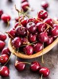 Körsbär Cherry en för platta white sött nya Cherry Mogna körsbär på den träkonkreta tabellen - bräde Arkivbilder