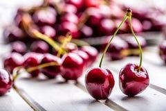Körsbär Cherry en för platta white sött nya Cherry Mogna körsbär på den träkonkreta tabellen - bräde Royaltyfria Foton