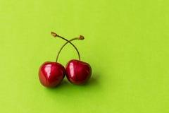 Körsbär gör grön bakgrund Royaltyfri Foto