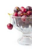 Körsbär i den glass bunken Arkivfoto