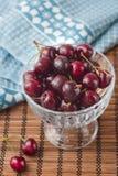 Körsbär i den glass bunken Royaltyfri Foto