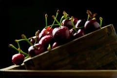 Körsbär i en boxas Royaltyfri Foto