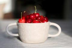 Körsbär i en bunke Royaltyfri Fotografi