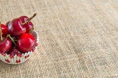 Körsbär i en bunke Royaltyfri Bild