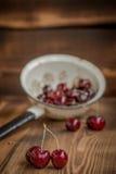 Körsbär i en durkslag Fotografering för Bildbyråer