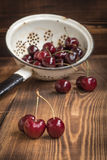 Körsbär i en durkslag Royaltyfria Bilder