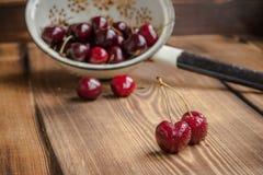Körsbär i en durkslag Royaltyfri Foto